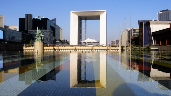 La_Grande_Arche_de_la_Défense_and_the_Yaacov_Agam_Fountain_(1977)