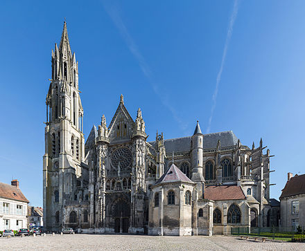 Senlis_Cathedral_Exterior,_Picardy,_France_-_Diliff